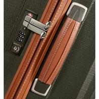 Asas de piel suave al tacto y exclusivos detalles de costura.