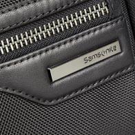 Cuerpo de nylon balístico con detalles de piel de vaca flexibles y accesorios gris metalizado de alta calidad.