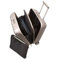 Atractivo interior equipado con prácticos detalles organizadores como un separador de malla y bolsillos.